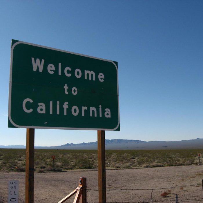 Más de 100 autos ya llevan patentes digitales en California