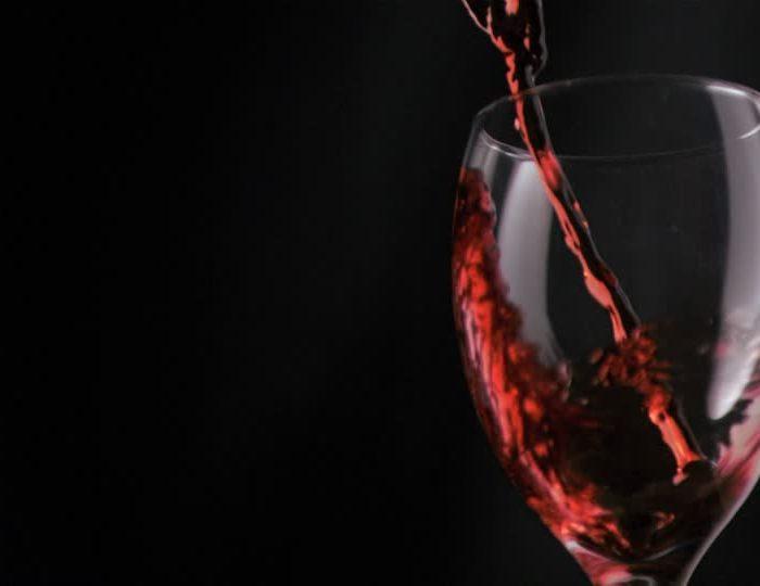 Tomar más de tres copas de vino por día durante una década puede generar cirrosis