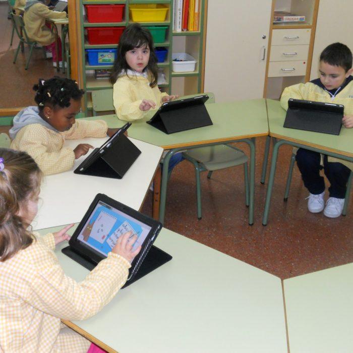 Cuántas horas deben para los niños frente a las pantallas?