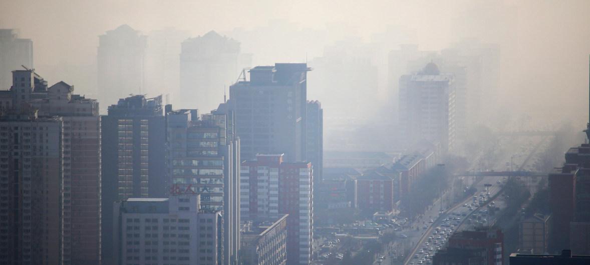 OMM/Alfred Lee Neblina tóxica en la ciudad de Beijing, en China.