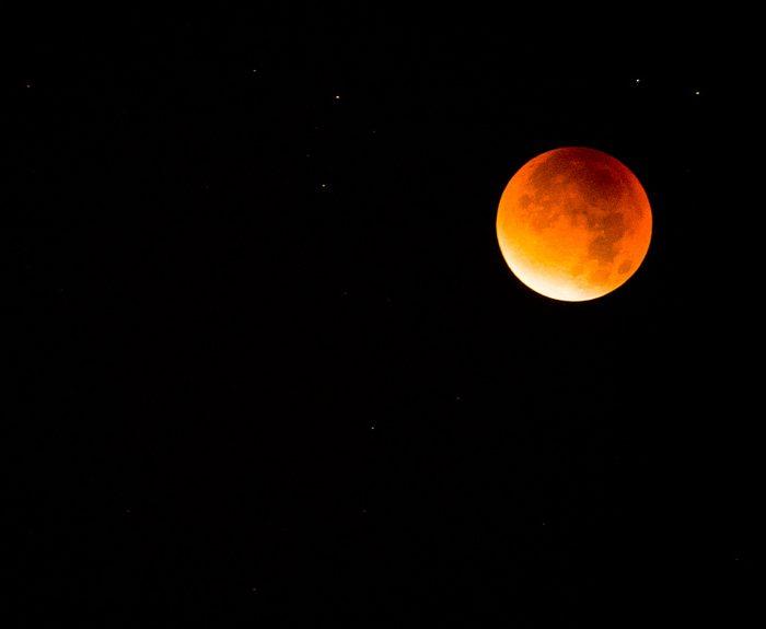 Eclipse total de luna pudo observarse en distintos lugares del país