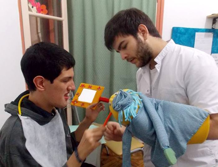 Para recuperar la sonrisa: Universidad lleva atención odontológica gratuita a pacientes con capacidades especiales