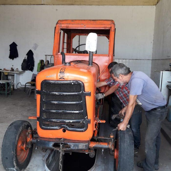 Internos de una cárcel de Junín repararon un tractor de 1945 del batallón del Grupo de Artillería