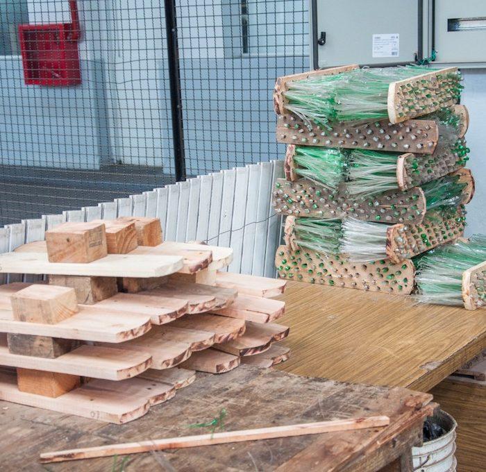 Internos de la cárcel bonaerense reciclan plástico y madera para elaborar escobillones