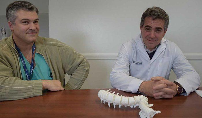 Operan a un joven de 23 años de su columna con la ayuda de un biomodelo 3D