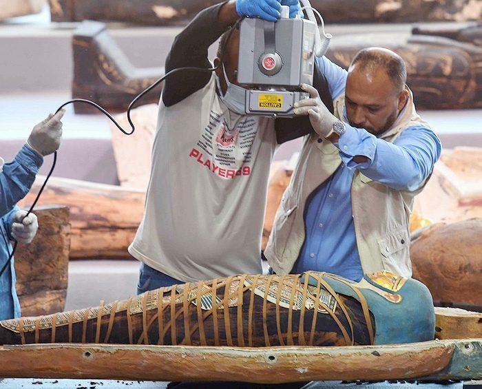 Egipto presenta un centenar de sarcófagos intactos de más de 2.000 años de antigüedad