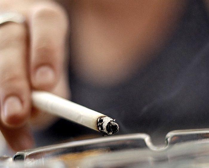 Acusan a tabacaleras de reforzar la publicidad a pesar de que fumar es riesgoso