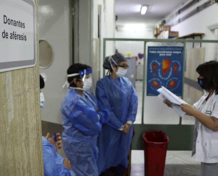 Entregaron los primeros litros de un spray anticoronavirus para el personal sanitario bonaerense