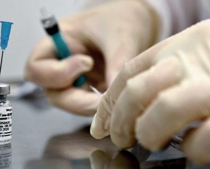 El Centro Gamaleya desmintió que esté prohibido tomar alcohol tras aplicarse la vacuna