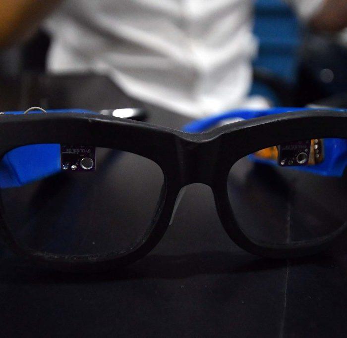 Producen anteojos inteligentes que brindan asistencia a personas ciegas