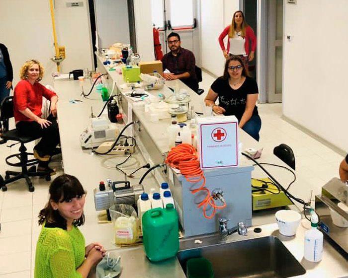 Equipo científico trabaja con bacterias para convertir residuos en aceite