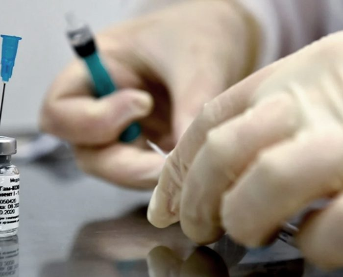 Aseguran que la nueva monodosis de la vacuna Sputnik reduce a la mitad el riesgo de infección