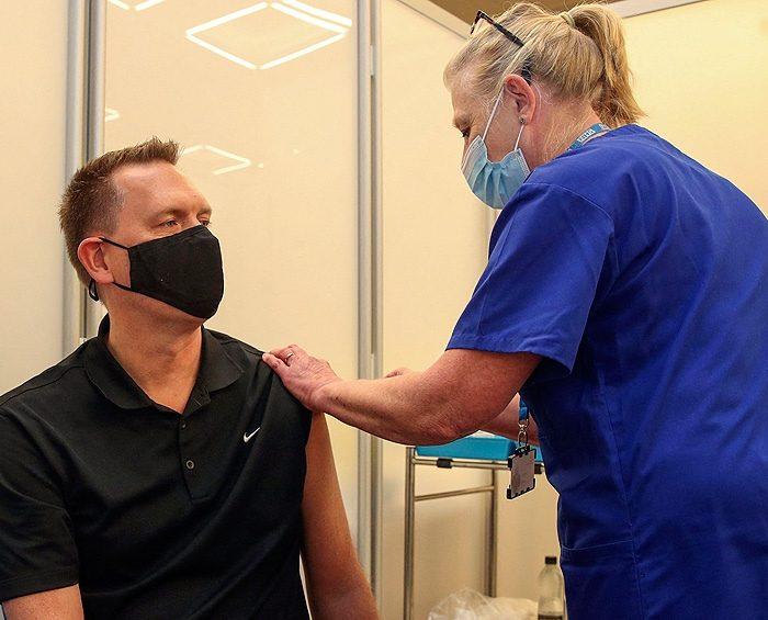 Universidad de Oxford amplía su estudio para mezclar más vacunas contra el coronavirus